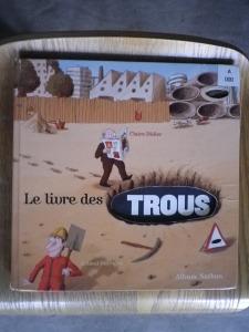 Le livre des TROUS front