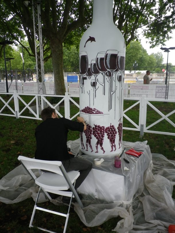 bordeaux fete le vin bottle art